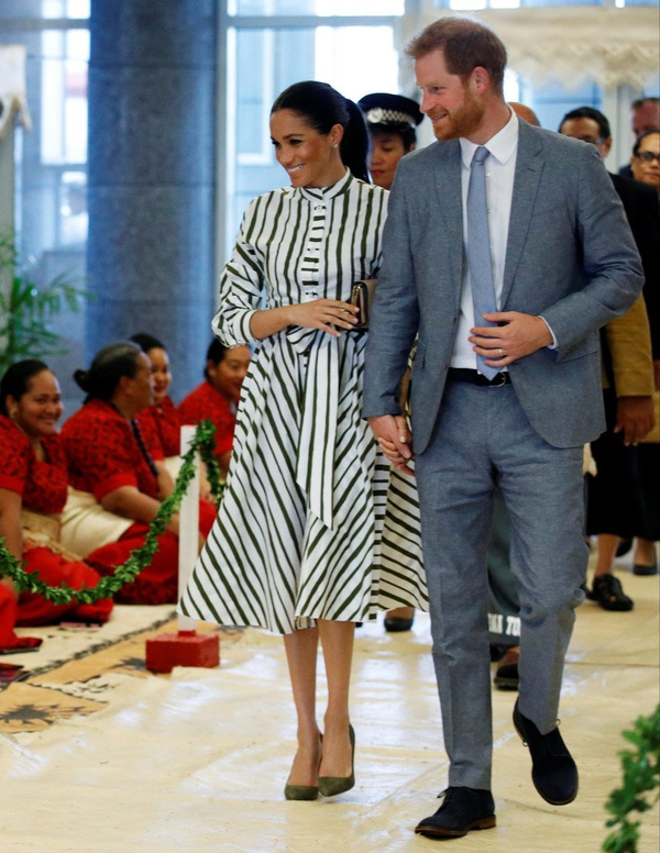 Martin Grant - MEGHAN, THE DUCHESS OF SUSSEX AND PRINCE HARRY IN TONGA, MEGHAN IS WEARING MARTIN GRANT STRIPES SHIRT DRESS FROM SPRING SUMMER 2019 COLLECTION.